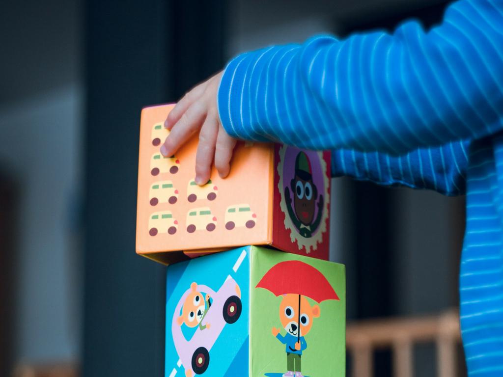 Czym różnią się zabawki edukacyjne i sensoryczne?
