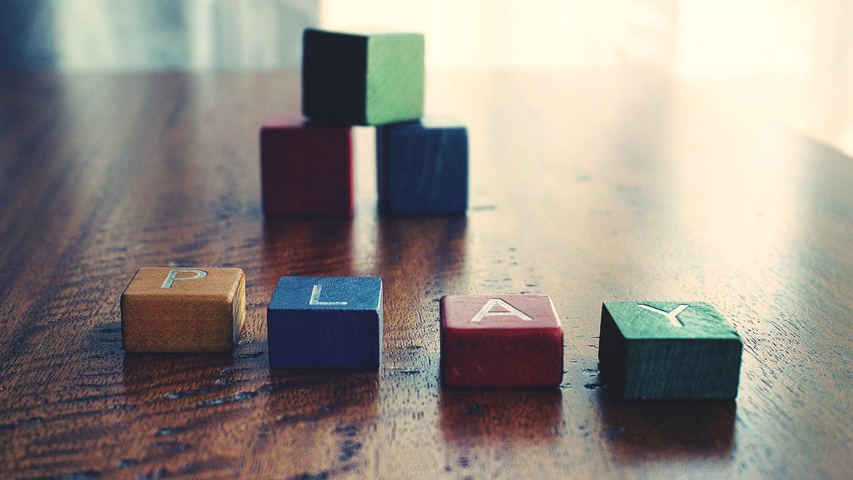Drewniane zabawki łączące naukę i zabawę