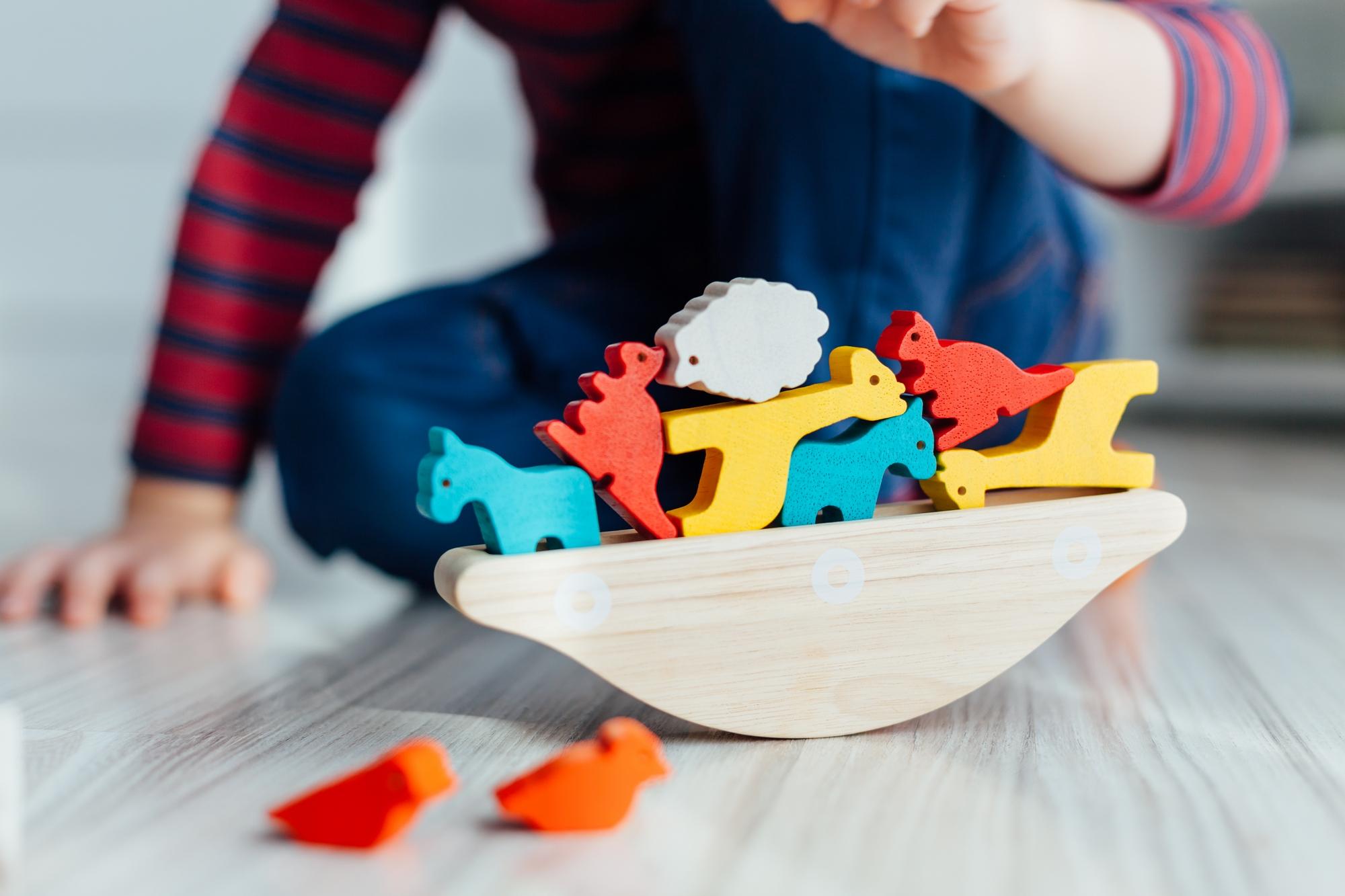 Przegląd drewnianych zabawek dla maluchów – 7 pomysłów na świetny prezent