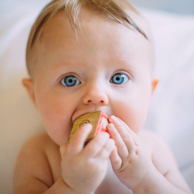 Kostki sensoryczne dla niemowląt – przytulanki, które stymulują dziecięce zmysły