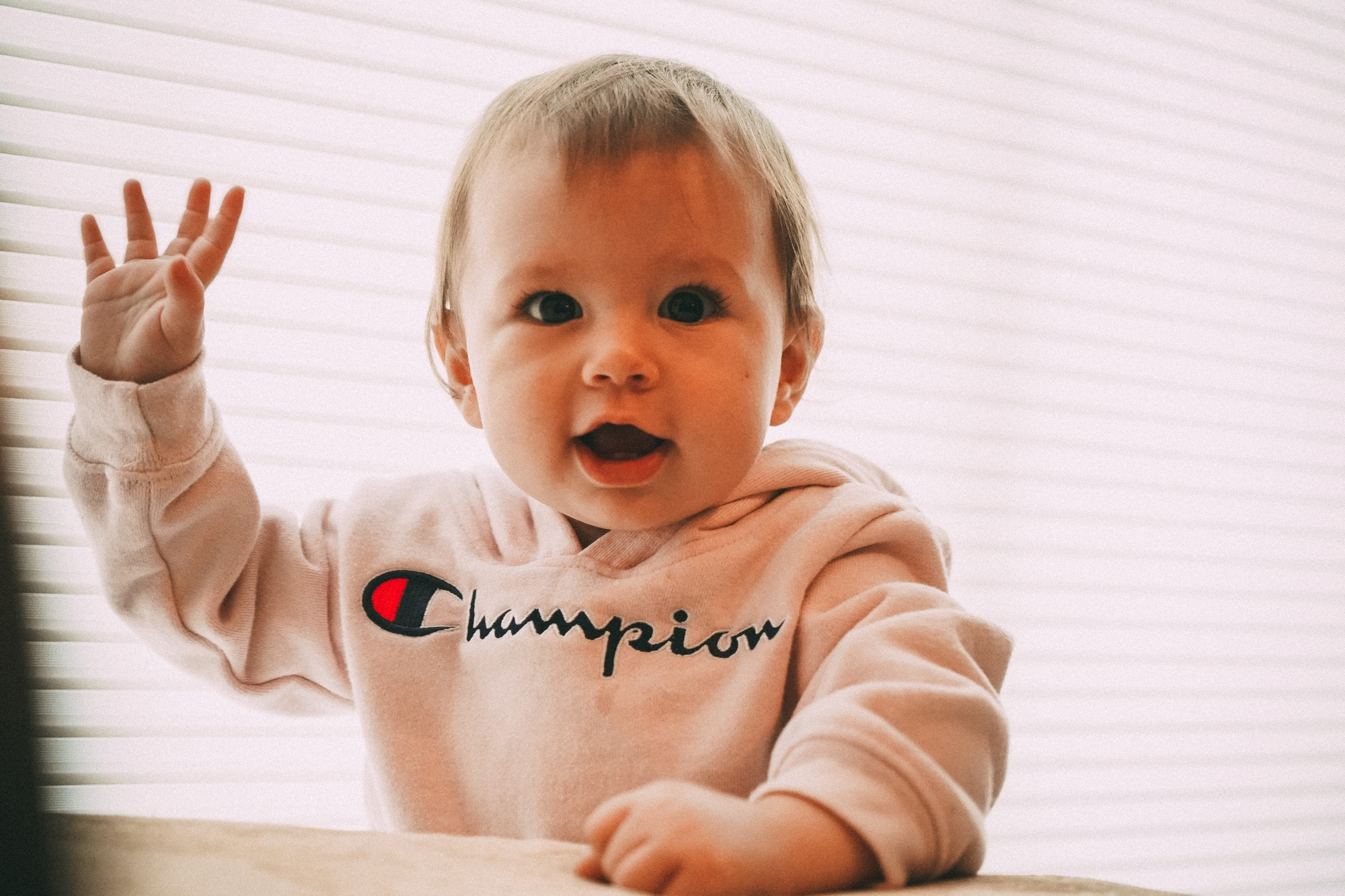 Jaki kubek dla dziecka wybrać – zwykły kubek, kubek niekapek czy kubek ze słomką?